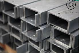 Thép hình là một trong những vật liệu sắt thép được ứng dụng rộng rãi trong ngành công nghiệp xây dựng bởi khả năng chịu lực tốt, độ bền cao của nó. Có rất nhiều loại thép hình, trong đó phổ biến nhất là thép hình chữ I, thép hình chữ U, thép hình chữ V và thép hình chữ H. Mỗi loại thép hình sẽ có cấu tạo và ứng dụng khác nhau cho từng công trình. Dưới đây là ứng dụng riêng của từng loại thép hình : Thép hình U : thép có tiết diện giống hình chữ U. Thép U có một mặt bụng phẳng và các cánh vươn rộng nên tiện liên kết với các cấu kiện khác. Thép chữ U thường được sử dụng làm dầm chịu uốn, xà gồ mái chịu uốn xiên hoặc cũng có thể được dùng làm cột, làm thành dàn cầu (khi ghép thành thanh tiết diện đối xứng)