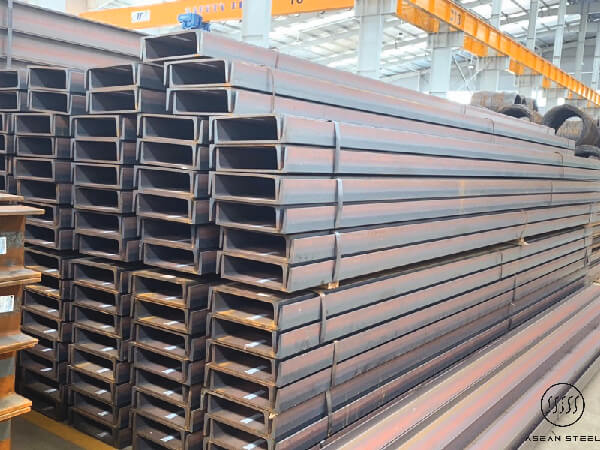 Thép hình là nguyên liệu sử dụng trong công nghiệp xây dựng. Đúng như tên gọi nó có hình dạng các chữ cái như: H, I, U, V, L, C, Z...