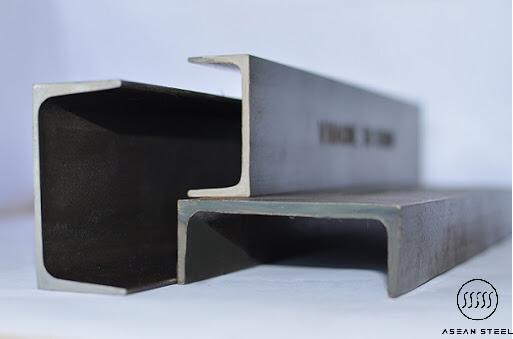 thép u mạ kẽm là một loại thép kết cấu với đặc trưng mặt cắt của nó theo chiều ngang giống hình chữ U. Với phần lưng thẳng được gọi là thân và 2 phần kéo dài được gọi là cánh ở trên và dưới.