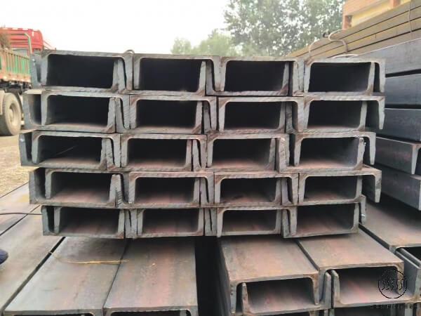 thép hình U được sử dụng chủ yếu trong những lĩnh vực dân dụng và công nghiệp. Sản phẩm thép hình U thường được sử dụng để làm khung sườn xe tải, làm bàn ghế nội thất, ang ten, cột điện, khung cầu đường…và một số những công trình và hạng mục quan trọng lớn khác.