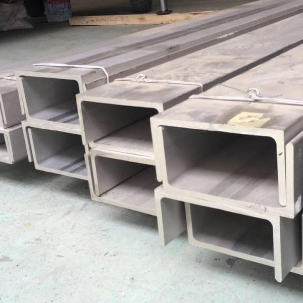 Thép U được sử dụng rộng rãi trong nhiều các lĩnh vực khác nhau như : – Công nghiệp gia công cơ khí – Phụ kiện nguyên liệu và thiết bị công nghiệp – Xây dựng và giao thông cơ sở hạ tầng Sắt thép U phù hợp với các loại hình như chịu lực tốt vì có độ cứng cao và đa dạng sản phẩm như thép hình U trơn, thép U mạ kẽm,… Các loại sắt thép hình U : U65 U50 U75 U80 U100 U120 U140 U150 U160 U180 U200,… Sản phẩm sắt thép U được sản xuất theo các tiêu chuẩn quốc tế được sử dụng rộng rãi trong việc sản xuất công nghiệp và xây dựng nên công nghiệp hiện tại.