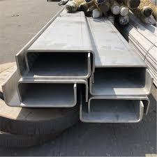 Mạ kẽm là phương thức bảo quản các sản phẩm sắt thép khỏi những tác động của môi trường bên ngoài thông qua việc hình thành, xi mạ một lớp kẽm bên ngoài bề mặt sản phẩm. Hiện nay, trên thị trường ngành công nghiệp sắt thép có hai phương pháp mạ kẽm thông dụng đó chính là: mạ kẽm nhúng nóng và mạ kẽm điện phân. Thép hình U được phủ trên mình một lớp kẽm mạ với độ dày phù hợp nhằm tạo điều kiện tốt nhất cho sản phẩm có tuổi thọ cao và độ bền đẹp.